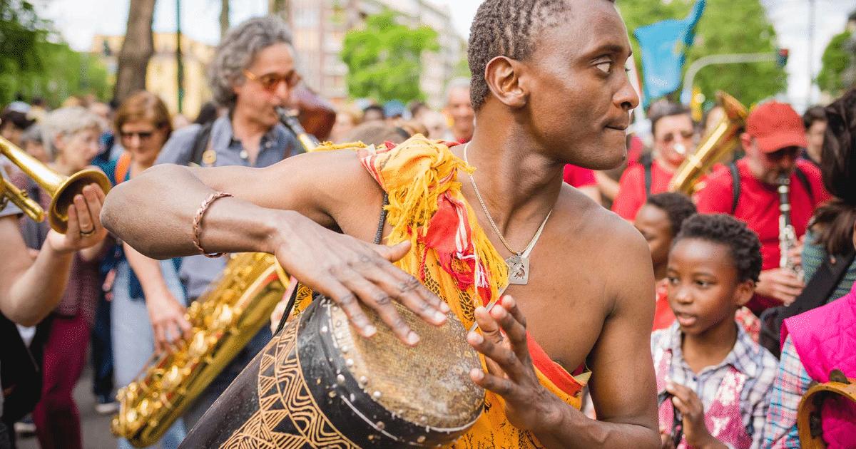 Μετανάστης παίζει μουσική