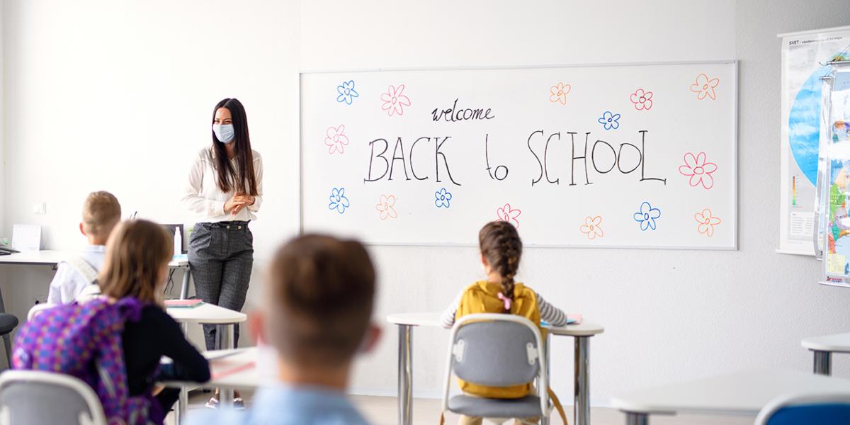 Δασκάλα διδάσκει σε μαθητές